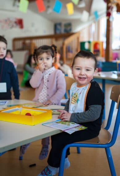 Enfant en garderie qui sourit
