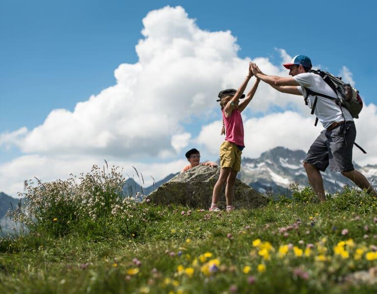 Famille heureuse vacances en montagne été