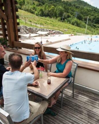 Pause rafraîchissante sur la terrasse de la piscine extérieure du Centre Sportif des longes