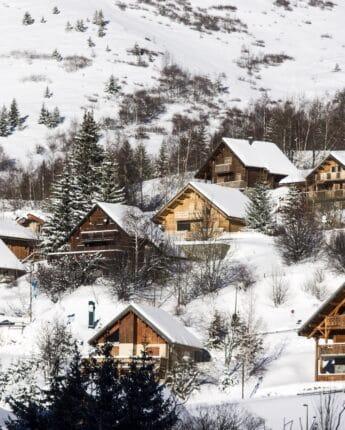 Chalets de montagne enneigés à Saint François Longchamp