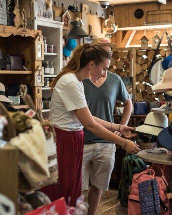 Jeune couple dans un magasin de souvenirs de la station