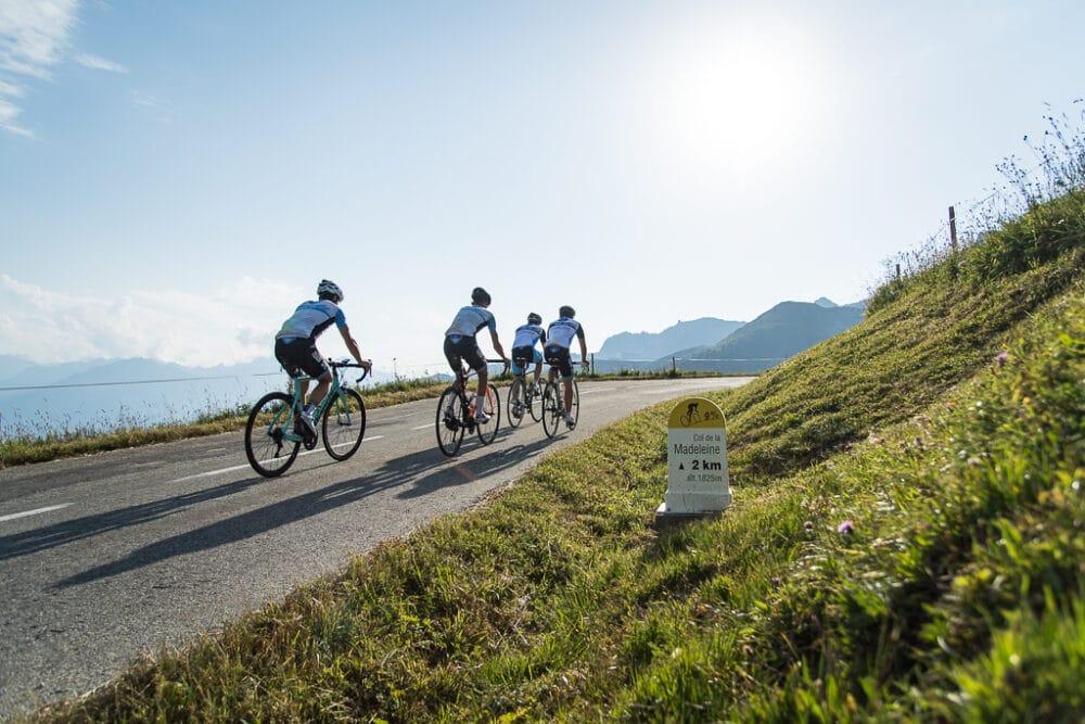 Groupe de cyclistes sur la route du Col de la Madeleine