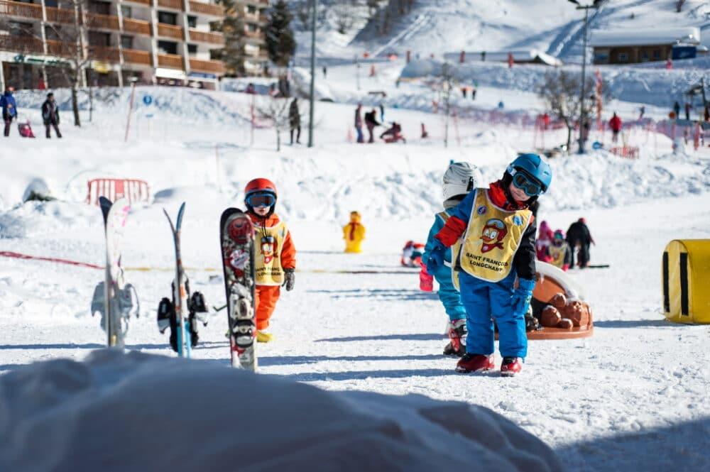 Groupe d'enfants prenant leur premier cours de ski au Jardin des neiges