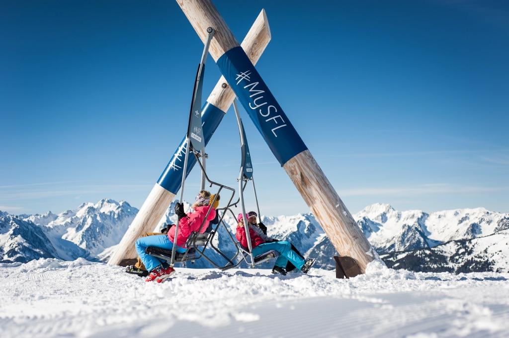 Labell'aire : Aire de de détente au sommet des pistes de ski, avec transats, tables de pique-nique et vue panoramique