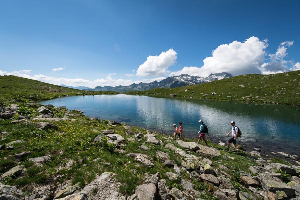 Randonnée pédestre en famille autour d'un lac de montagne