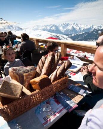 Pause repas en famille dans un restaurant d'altitude