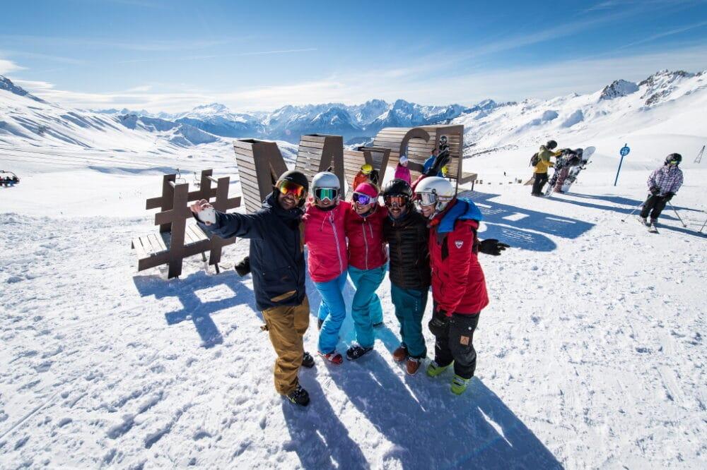 Amis heureux au sommet des pistes de ski