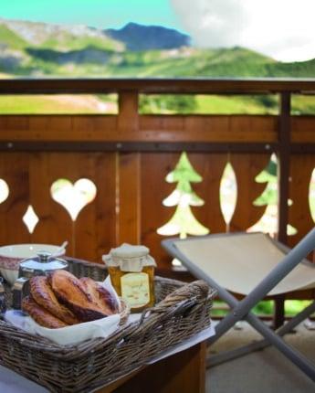Petit déjeuner en chambre d'hôtel sur le balcon avec une vue magnifique sur les montages