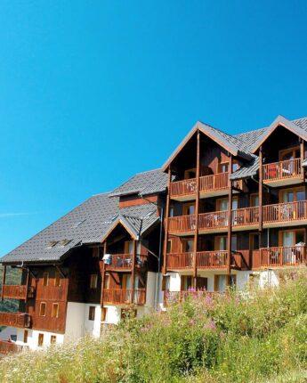 Résidence de tourisme en été avec vue sur les montagnes et proche de toutes commodités