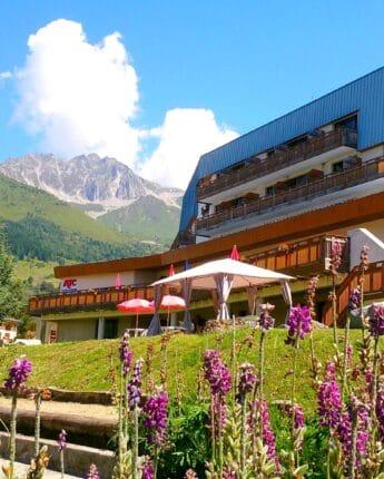 Village vacances durant la saison estivale avec vue sur les montagnes