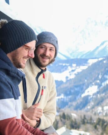 Amis sur un balcon avec vue hiver