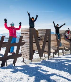 Amis heureux au ski à Saint François Longchamp en hiver