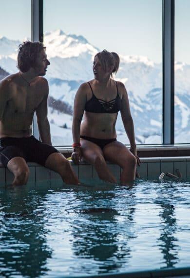 Couple en bord de bassin Centre de Balnéothérapie