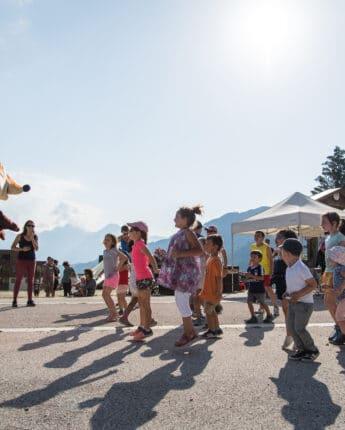 Mascotte renard Goupy qui danse dehors avec des enfants