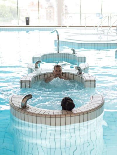 Couple dans bassins Centre Balnéothérapie