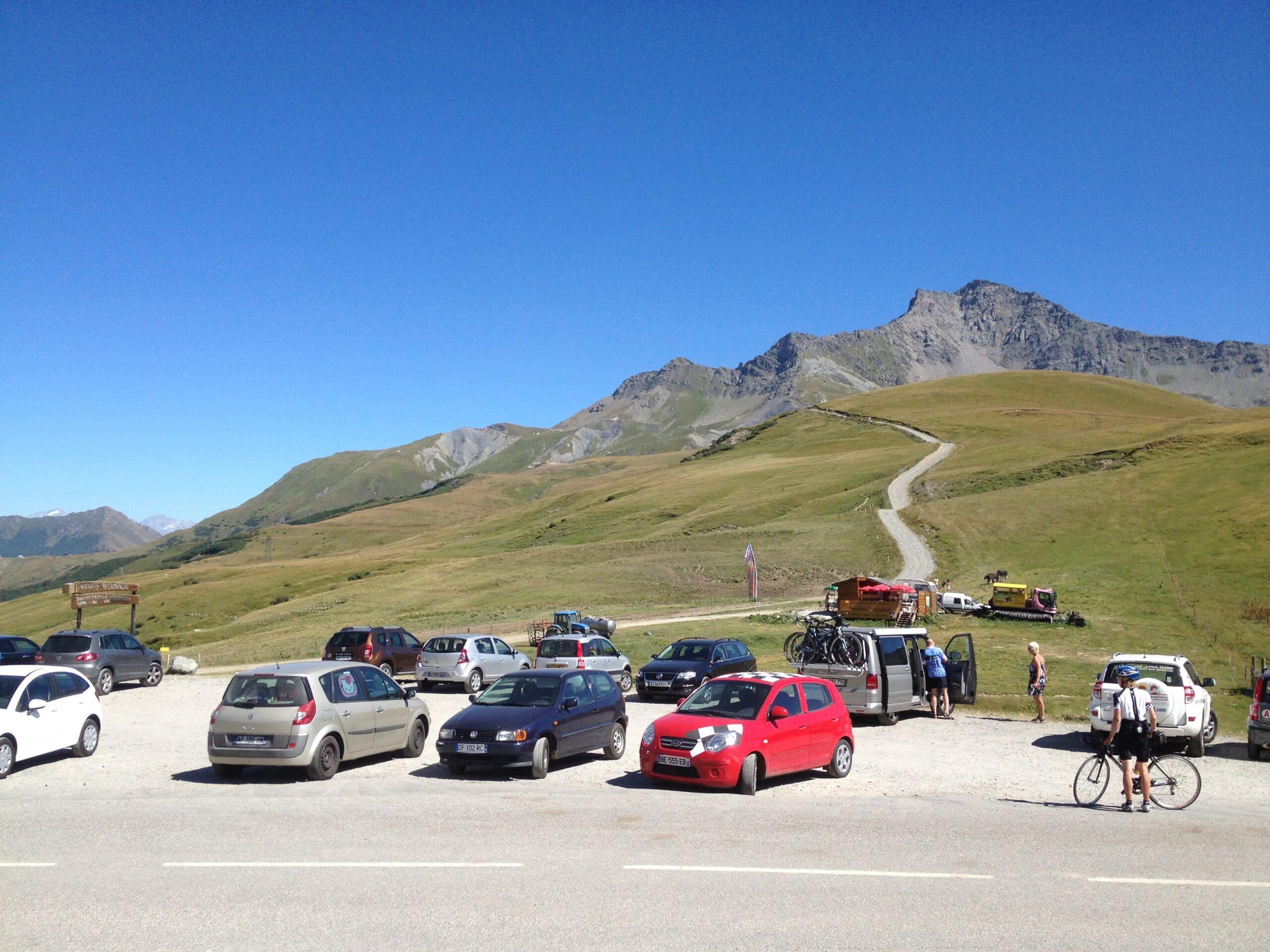Parking au col de la Madeleine devant le massif du Cheval Noir