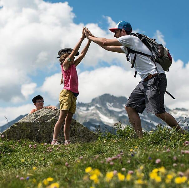 Famille en randonnée été à Saint François Longchamp