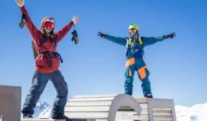 Amis heureux sur module en altitude à la neige
