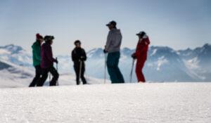 Skieurs devant panorama