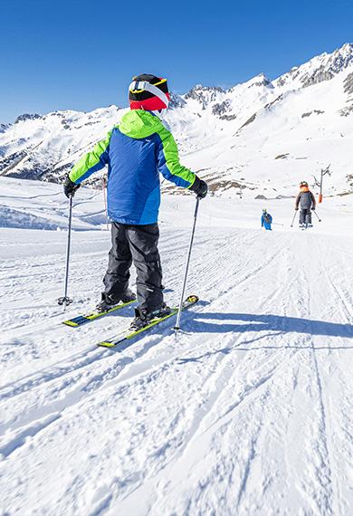 Enfant qui skie avec ses copains