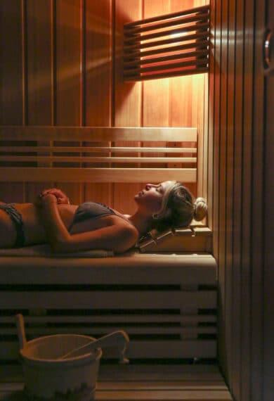 Femme se relaxant dan un sauna